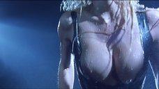 18. Стриптиз Памелы Андерсон под брызгами воды – Не называй меня малышкой