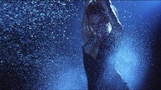 3. Стриптиз Памелы Андерсон под брызгами воды – Не называй меня малышкой