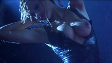 Стриптиз Памелы Андерсон под брызгами воды