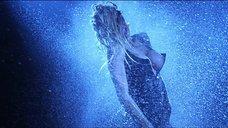 7. Стриптиз Памелы Андерсон под брызгами воды – Не называй меня малышкой
