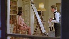 Обнаженная Кейт Бекинсейл позирует перед художником
