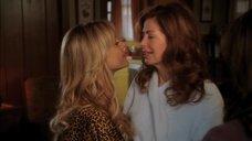 Джули Бенц целует Дану Дилэйни