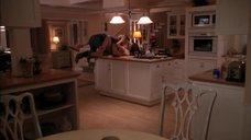 Интимная сцена с Тери Хэтчер на кухне