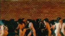 Толпа голых женщин на улице