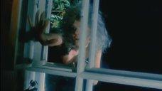 Полуголая Александра Захарова влетает в окно