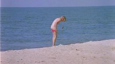 5. Полностью голая Александра Захарова бегает по пляжу – Серые волки
