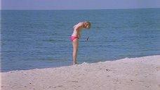 6. Полностью голая Александра Захарова бегает по пляжу – Серые волки
