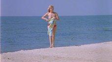 7. Полностью голая Александра Захарова бегает по пляжу – Серые волки