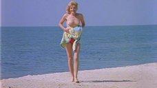 8. Полностью голая Александра Захарова бегает по пляжу – Серые волки