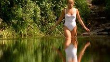 1. Мария Порошина в белом купальнике – Участок