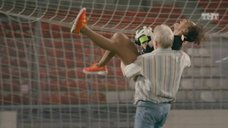 4. Екатерина Мадалинская и Елизавета Мартинес в лифчиках играют в футбол – Ольга