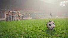 6. Екатерина Мадалинская и Елизавета Мартинес в лифчиках играют в футбол – Ольга