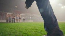 8. Екатерина Мадалинская и Елизавета Мартинес в лифчиках играют в футбол – Ольга