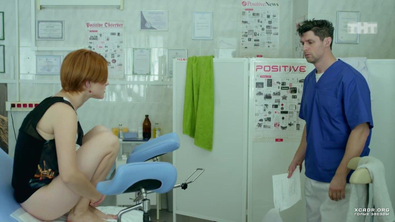 Девушка раздевается у врача 355