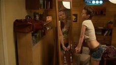 Милая Любовь Аксенова позирует перед зеркалом