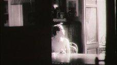 1. Ксения Качалина сидит топлесс за столом – Нелюбовь