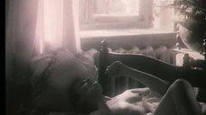 7. Полностью голая Ксения Качалина на кровати – Нелюбовь