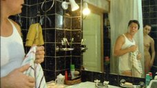 Обнаженная Лариса Шахворостова принимает душ