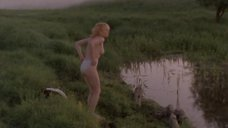 Евдокия Германова купается топлесс в озере