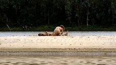 3. Полностью голая Полина Агуреева на берегу реки – Эйфория