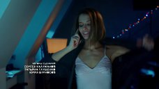 Любовь Аксенова в ночнушке без бюстгальтера