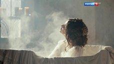 3. Мария Андреева принимает ванну в рубашке – София