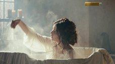 7. Мария Андреева принимает ванну в рубашке – София