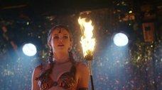 Танец с огнем соблазнительной Даниэль Панабэйкер