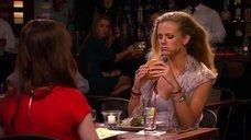 4. Бруклин Декер сексуально ест гамбургер – У друзей жизнь лучше