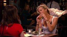 5. Бруклин Декер сексуально ест гамбургер – У друзей жизнь лучше
