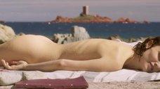 Обнаженная Натали Портман загорает на пляже