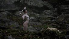 Обнаженная Алисса Сазерленд моется у водопада