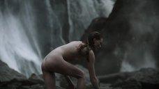 6. Обнаженная Алисса Сазерленд моется у водопада – Викинги