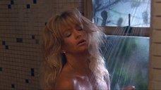 Голди Хоун принимает душ