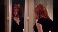 Кристина Хендрикс примеряет платья у зеркала