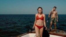 Лара Пулвер в красном купальнике