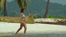 4. Секси Джессика Альба в голубом купальнике – Механик: Воскрешение