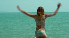 9. Секси Джессика Альба в голубом купальнике – Механик: Воскрешение