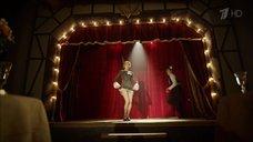 Катерина Шпица показывает ножки на сцене