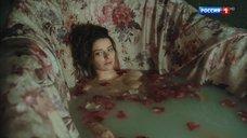 Марина Александрова принимает ванну