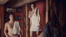 Фелисити Джонс в полотенце