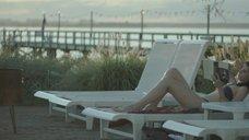 Фелисити Джонс в купальнике
