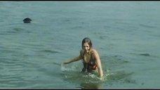1. Секси Марина Дюжева выбегает из воды – Честный, умный, неженатый...