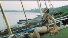 Секси Марина Дюжева выбегает из воды