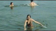 2. Секси Марина Дюжева выбегает из воды – Честный, умный, неженатый...