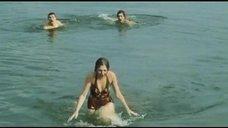 4. Секси Марина Дюжева выбегает из воды – Честный, умный, неженатый...