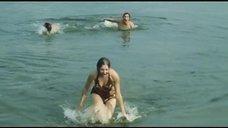 5. Секси Марина Дюжева выбегает из воды – Честный, умный, неженатый...