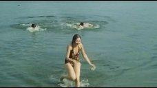 6. Секси Марина Дюжева выбегает из воды – Честный, умный, неженатый...