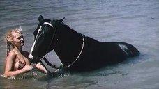 Марина Дюжева купается с конем