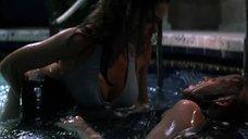 3. Лесбийская сцена в бассейне с Дениз Ричардс и Нив Кэмпбелл – Дикость